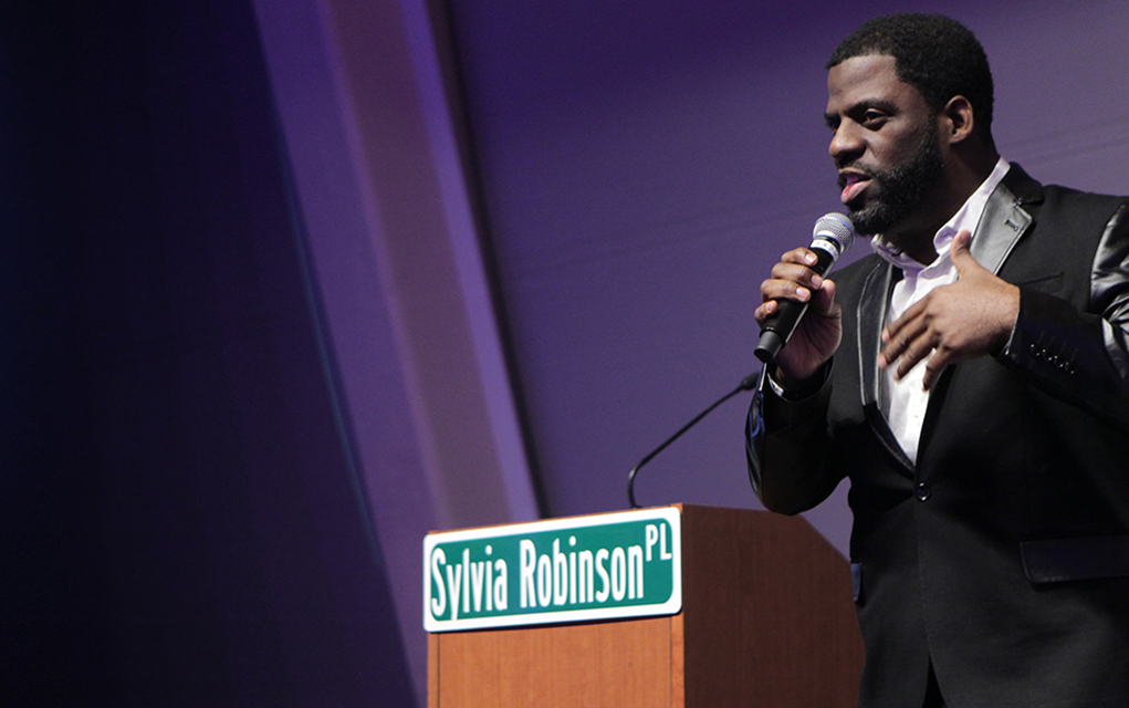 Grammy winner Rhymefest inspires the hip-hop heads and educators at the Hip-Hop Education Center 'Extra Credit' awards (Photo: Terrence Jennings)